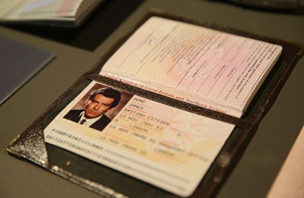 《007》中布魯斯南的證件。(Chris Jackson/Getty Images for London Film Museum)