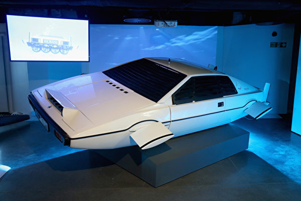 《海底城》中可变身成潜艇的莲花Esprit跑车。(Chris Jackson/Getty Images for London Film Museum)