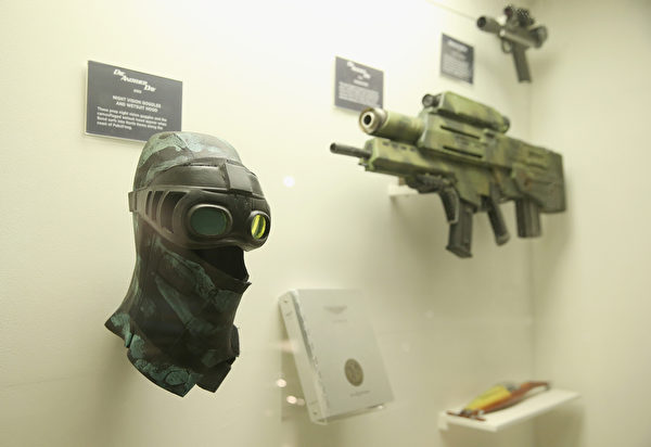 《007》中使用的各式武器装备。(Chris Jackson/Getty Images for London Film Museum)
