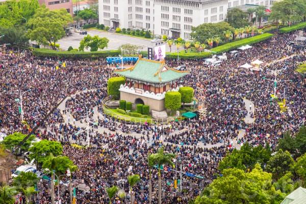 超过50万名反服贸群众3月30日穿黑衣上凯道,表达反对黑箱服贸协议的诉求。(陈柏州/大纪元)