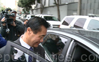 3月31日,余胤良二次出庭,图为他出庭后在联邦大楼外上车离开。(林骁然/大纪元)