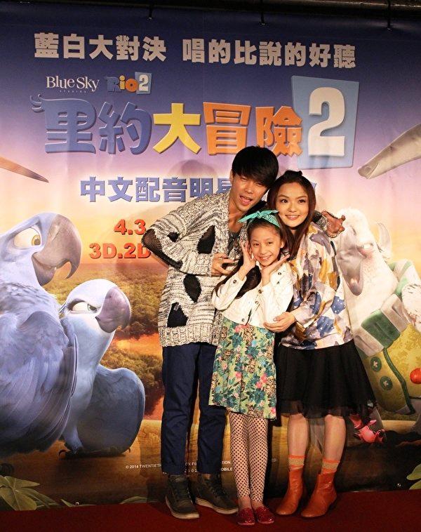 在首部曲已担任过主角阿蓝与珠儿配音的徐佳莹与许仁杰,这次再度投入配音。(华纳提供)