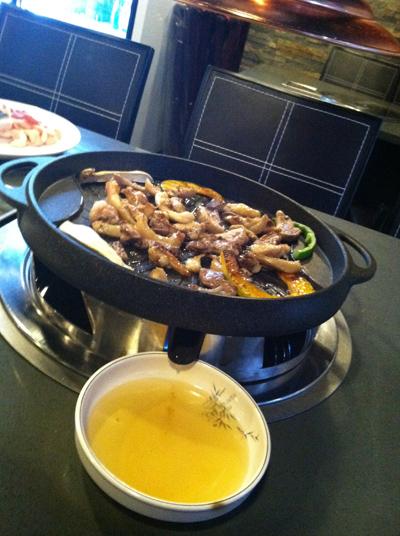 可渗出多余油脂的鸭肉特制烤盘。(张学慧/大纪元)