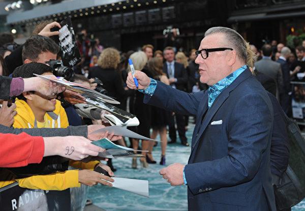 2014年3月31日,饰演大反派土八该隐的雷•温斯顿在《诺亚方舟》伦敦首映礼上给影迷签名。(Dave J Hogan/Getty Images for Paramount Pictures International)