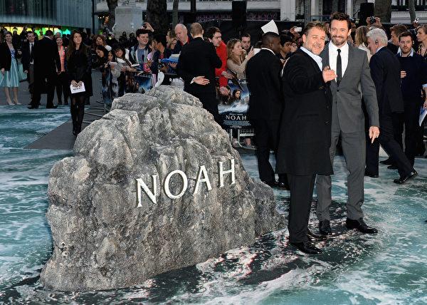 2014年3月31日,罗素•克劳与休•杰克曼(右)出席《诺亚方舟》伦敦首映礼。(Dave J Hogan/Getty Images for Paramount Pictures International)