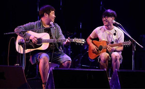 宋冬野和盧廣仲在演唱會上中合唱《莉莉安》。(索尼華語音樂提供)