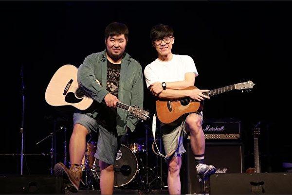 宋冬野在台灣演出時,和盧廣仲(右)很談得來,大有相見恨晚之感。(索尼華語音樂提供)