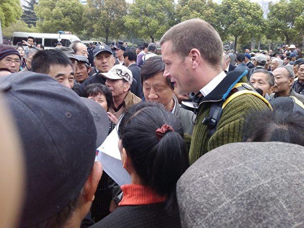 4月2日,上海市政府前有三千訪民聚集抗議。上海公民聲援團拉橫幅聲援在黑龍江建三江被抓的律師和茂名人民反PX抗暴活動。(知情者提供)