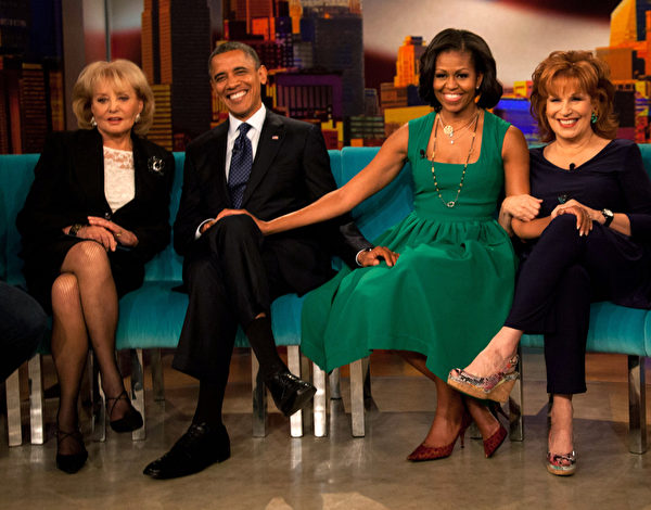 2012年9月24日,芭芭拉‧華特斯(左一)與美國總統奧巴馬(左二)及夫人米歇爾(右二)等在ABC電視節目錄製現場。(Allan Tannenbaum-Pool/Getty Images)