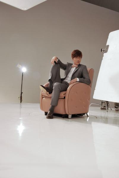 李敏镐坐在座椅上即场示范各种姿态。(傲胜提供)