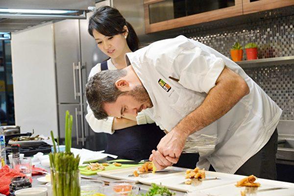 难得看见夏隆在萤光幕前严肃做菜的模样,时尚娇妻Melody也努力做好副厨的角色。(FIC提供)