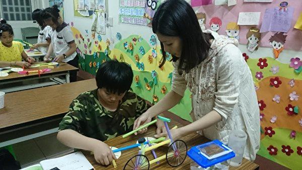開設免費課後輔導班,協助單親媽媽照顧孩童。(劉曉茹/大紀元)