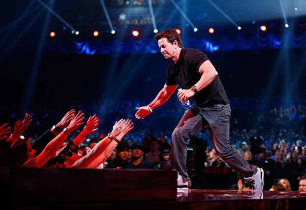 2014年4月13日,MTV世代奖获得奖马克•沃尔伯格与现场观众互动。(Christopher Polk/Getty Images for MTV)