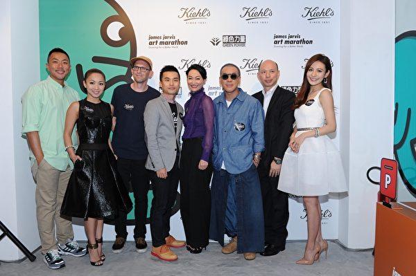 (左至右)刘浩龙、郑融、詹姆斯•贾维斯、Kiehl's品牌经理John Ho、惠英红、麦浚龙、绿色力量行政总干事文志森博士及江若琳一同进行祝酒仪式。(Kiehl's提供)