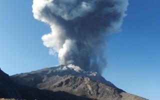 祕魯火山噴發4公里高 當地進入緊急狀態