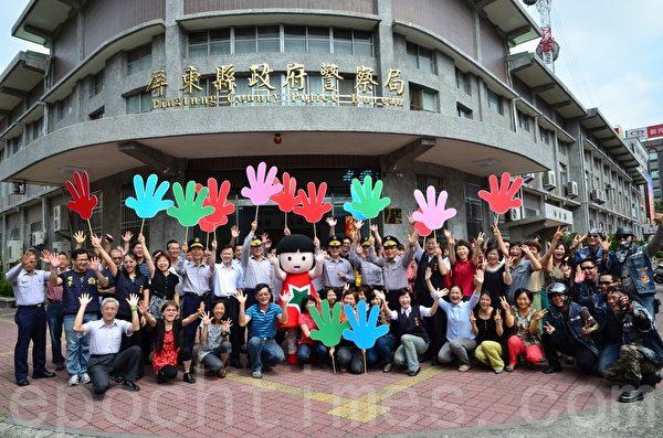 屏东县警局分局长林金郎也带领同仁,与儿保娃娃共同承诺继续保护受虐儿。(屏东家扶提供)