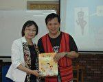 林秀俐經理代表捐贈,內灣國小陳智明校長代表受贈。(江銘通/大紀元)