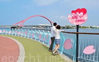 東港光復路佈置紛紅色的櫻花燈籠,像似朵朵紅櫻倒映水面。(屏東縣政府提供)