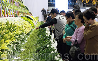 """载有476人的韩国""""岁月号""""客轮4月16日沉没,302人死亡或失踪。图为在京畿道安山奥林匹克体育馆为遇难者设置的灵堂。(全宇/大纪元)"""