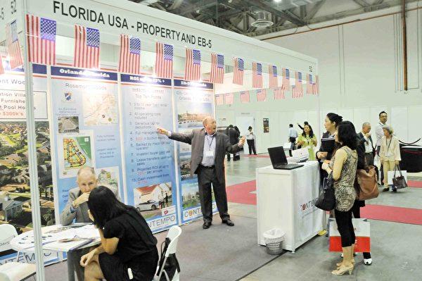 「OPPlive Asia 2014」國際地產展共30個展位,參展的房地產開發商、房地產代理、財務顧問公司來自英國、法國、美國、新加坡、馬來西亞、泰國、加拿大、香港和菲律賓等國家和地區。(孫明國/大紀元)