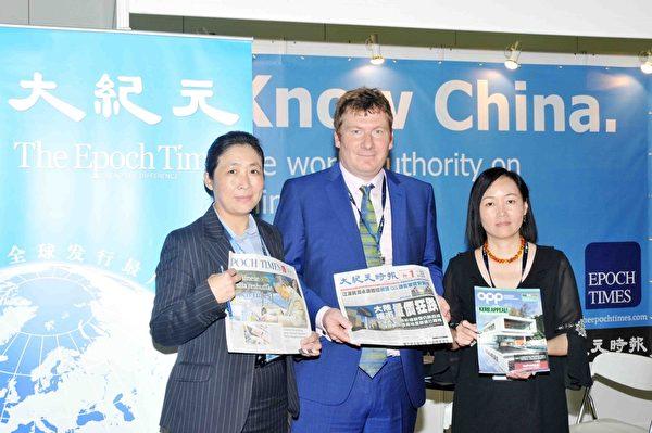 英國房地產雜誌OPPlive今年首次在亞洲舉行國際房地產展,圖為國際房地產展覽主辦機構負責人Xaiver Wiggins(中)與香港大紀元工作人員合影。(孫明國/大紀元)
