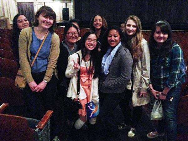 大費城地區一中學的中文老師帶著13個學生一起前來觀看神韻。(肖捷/大紀元)