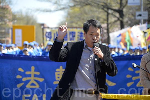 """圖:2014紐約民眾紀念""""四‧二五""""集會,中國和平主席唐柏橋先生。(戴兵/大紀元)"""