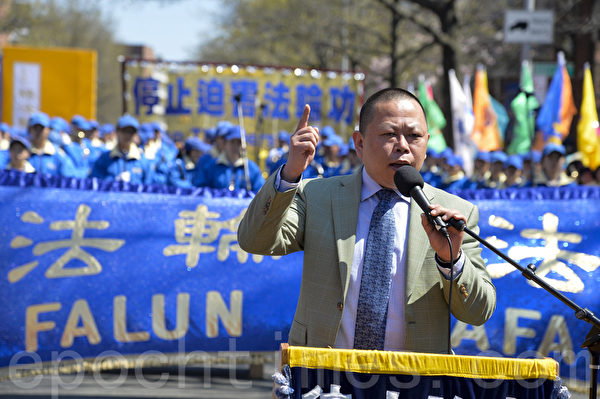 """圖:2014紐約民眾紀念""""四‧二五""""集會,著名民主人士張健先生。(戴兵/大紀元)"""