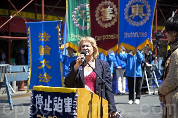 """圖:2014紐約民眾紀念""""四‧二五""""集會,法拉盛社區領袖瑪莎。(戴兵/大紀元)"""