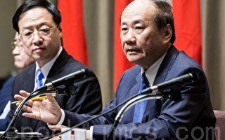 經濟部長張家祝(右)28日表示,9月底前將舉辦全台能源會議,探討台灣未來替代能源等相關議題。(陳柏州/大紀元)