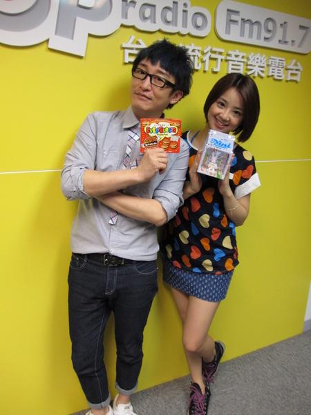 晖倪(右)与DJ哲纬。(POP RADIO提供)