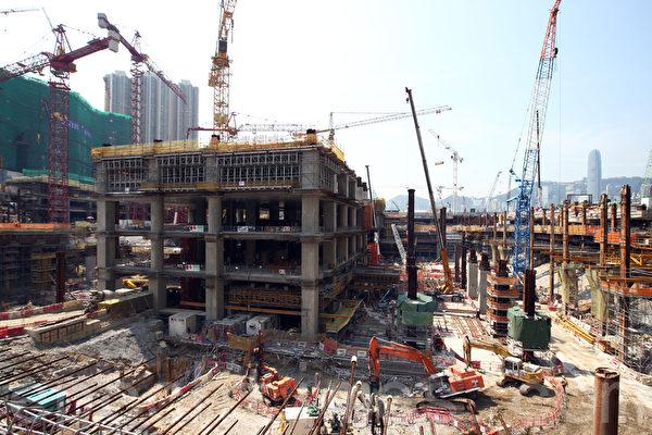 香港立法會鐵路事宜小組4月28日星期一實地視察高鐵西九龍總站,發現結構工程仍未達到車站的最底層B4,與政府去年年底報告的進度有出入,懷疑有人隱瞞工程進度。(潘在殊/大紀元)