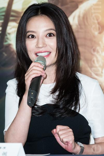 """导演赵薇4月29日在台北出席《致我们终将逝去的青春》台湾上映记者会,她笑称:""""导一部戏比我演几年戏成长还要快。""""(陈柏州/大纪元)"""