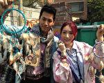 《世界我做煮》主持人陈德烈(左)与宋米秦至韩国展开寻找《继承者们》李敏镐的追星之旅。(FIC提供)