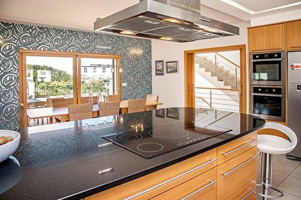 現代化島式廚房,可欣賞到美麗外景。(PRO PORTUGAL公司提供)