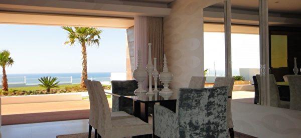 坐在客廳裡便可欣賞外面美麗海景,令人心曠神怡。(PRO PORTUGAL公司提供)