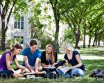 學生們在校園草地上研習課業(攝影:/Fotolia)