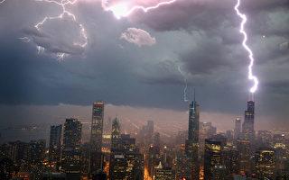 美国是世界龙卷风之都,平均每年约发生1,000次龙卷风。图为2013年6月12日,在伊利诺伊州芝加哥市中心闪电交加,夹杂着暴雨、大风和龙卷风。(Scott Olson/Getty Images)