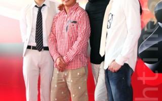 周润发与杜汶泽于2013年和其他一众演员出席《赌城风云》发布会资料照。(蔡雯文/大纪元)