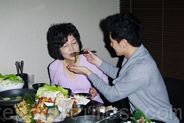 2014年4月27日於台北專訪涂世旻及涂世旻母親。(黃宗茂/大紀元)