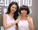 任容萱和媽媽穿上白色母女裝挑母親節禮物。(鈞勢提供)