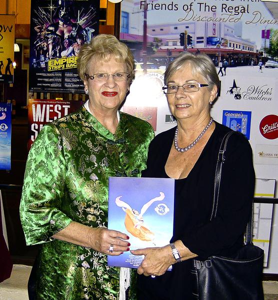 地产过户代理公司City Settlements的老板Elaine Robinson(左)女士和朋友Ann Jones,观赏了美国神韵国际艺术团在珀斯的首场演出。(Lucy/大纪元)