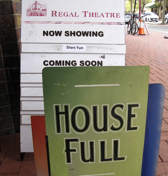 """5月4日下午神韵国际艺术团在澳洲珀斯的最后一场演出一票难求,剧院在门口挂出""""满座""""(House Full)的告示牌。剧院表示,此牌30多年前挂出过,之后一直尘封未再使用。这次神韵演出爆满,剧院费了一番功夫才找到这个告示牌。(吴建国/大纪元)"""