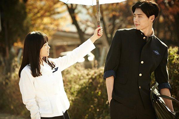 人气偶像李钟硕焦点话题新作《热恋年代》。(可乐电影提供)