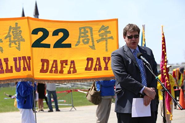 瑞詩吉博(Brent Rathgeber)議員在發言中說:是法輪功學員讓我瞭解到應受到譴責的迫害、(非法)關押和強摘器官。我們必須共同努力在國際上呼籲,向中共施壓,停止迫害。(艾文/大紀元)