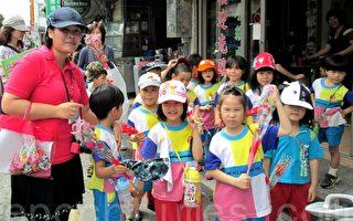 慶祝母親節 百位幼兒上街學「路過」