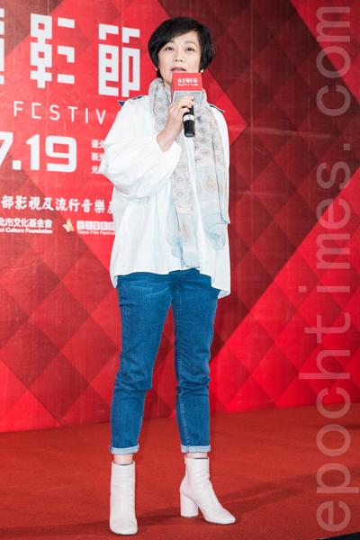 第16屆台北電影獎5月9日在台北公布入選影片,電影節主席張艾嘉向在場各組劇組頒贈入選證書,親自給予鼓勵及祝福。(陳柏州/大紀元)