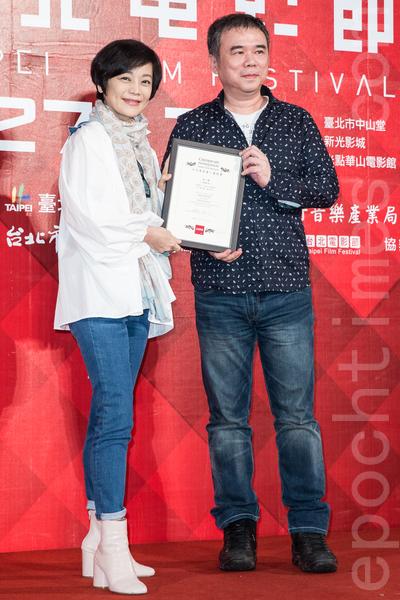 第16屆台北電影獎5月9日在台北公布入選影片,《總舖師》入圍劇情長片,導演陳玉勳(右)上台領取入圍證書。(陳柏州/大紀元)