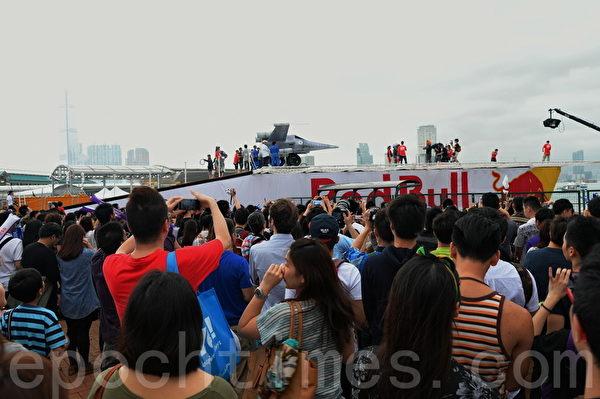 由Red bull主辦的「Red Bull Flugtag(飛行日)2014」下午於中環海濱舉行,吸引約4萬名市民到岸邊圍觀,舉機拍照。(宋祥龍/大紀元)