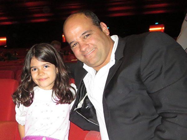Eylon Cohen先生和家人一起觀看了美國神韻世界藝術團於2014年5月11日在奧地利維也納的演出。(Nina Hamrle/大紀元)